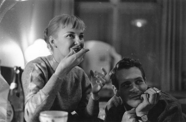 پل نیومن و همسرش- نیومن مثل بسیار از عکسهای دیگر در حال سیگار کشیدن دیده میشود، همان سیگارهایی که سرانجام او را مبتلا به سرطان ریه کردند!