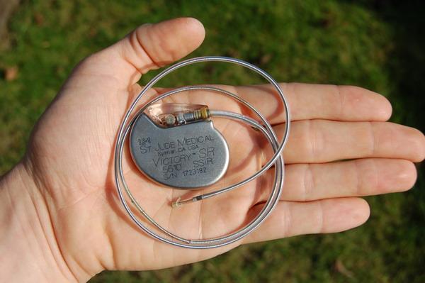 [تصویر:  St_Jude_Medical_pacemaker_in_hand.jpg]