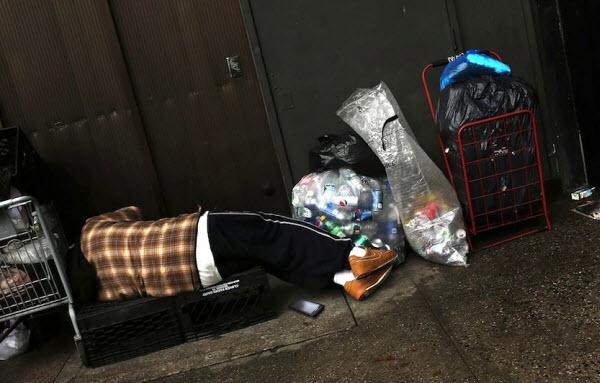 مردی بیخانمان با گوشی اندرویدی