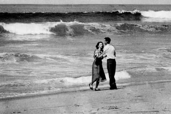 پدر و مادر در حال دیدن غرق شدن پسر