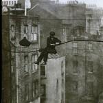 لندن – دهه 1920 – یک مهندس تلفن در ارتفاعی خطرناک در حال کار