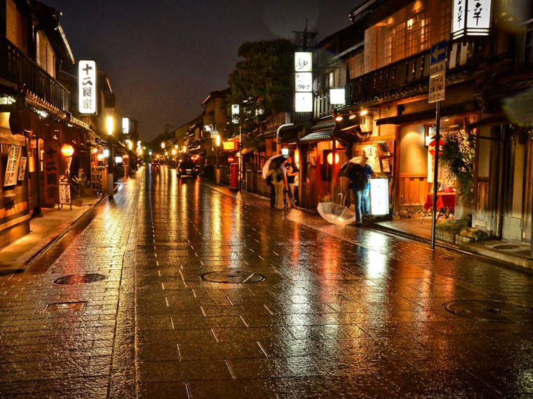 especially-in-gion-one-of-japans-few-remaining-geisha-districts-windy-streets-lined-with-old-wooden-buildings-bring-old-kyoto-to-mind-and-are-full-of-traditional-teahouses-and-exclusive-restaurants