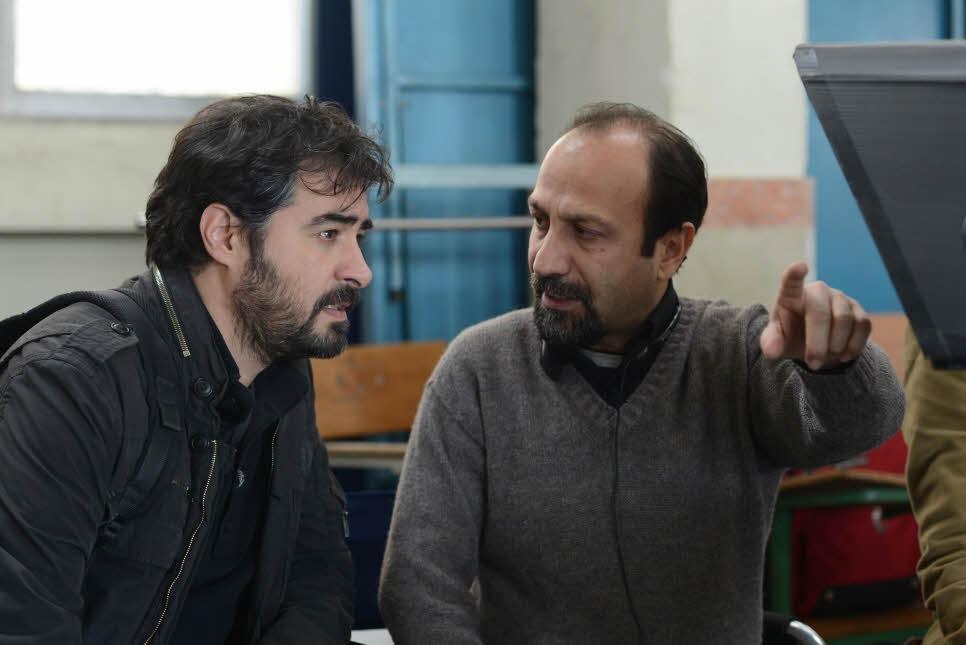 """title:""""یادداشتی بر فیلم فروشنده اصغر فرهادی-http://anamnews.com/"""" alt:""""فرهادی و شهاب حسینی در پشت صحنه فروشنده"""""""