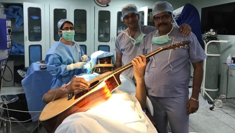 موسیقیدانی که حین عمل جراحی مغزش گیتار مینواخت