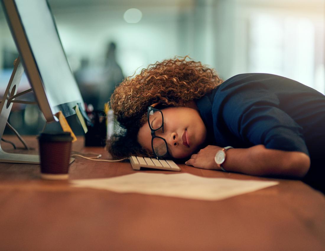 چرا همیشه خوابآلودگی دارم و نیازم به خواب زیاد است؟ نشانهها، تشخیص و درمان پرخوابی