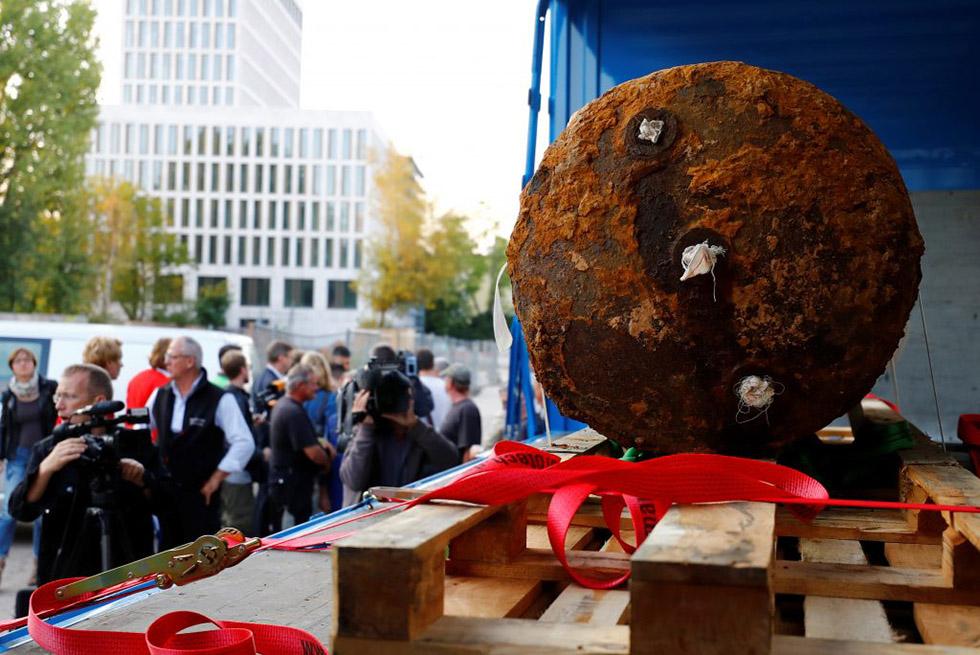 خنثی شدن بمبی به یادگارمانده از جنگ جهانی دوم در فرانفکورت که آرامش 70 هزار نفر را از بین برده بود