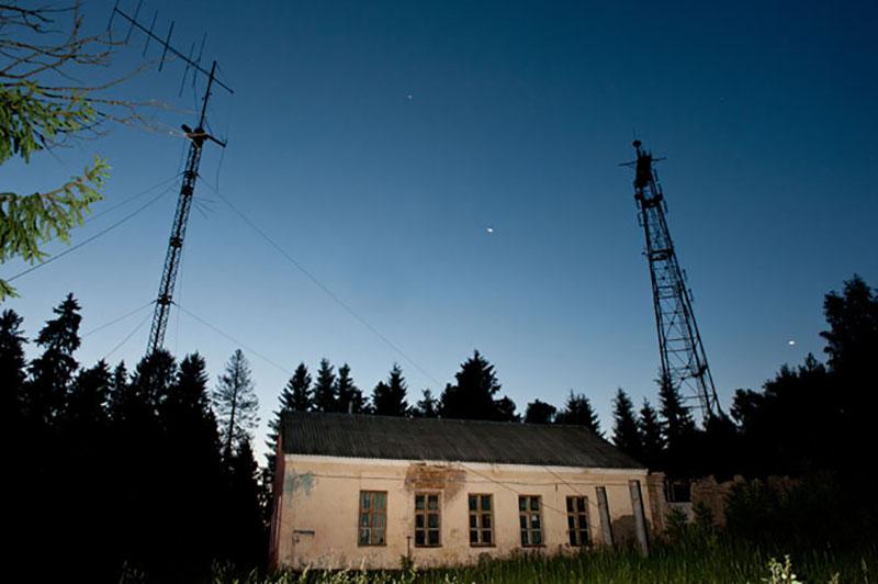 ايستگاه راديويي رازآلودي که شبانهروز صداي «وز وز» پخش ميکند و افسانه اينکه ممکن است علامت پايان هستهاي دنيا باشند!