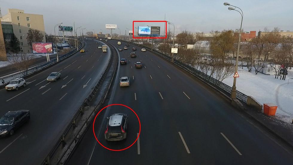 بیلبورد هوشمندی در مسکو تبلیغاتی متناسب با خودرویی که میرانید به شما نشان میدهد