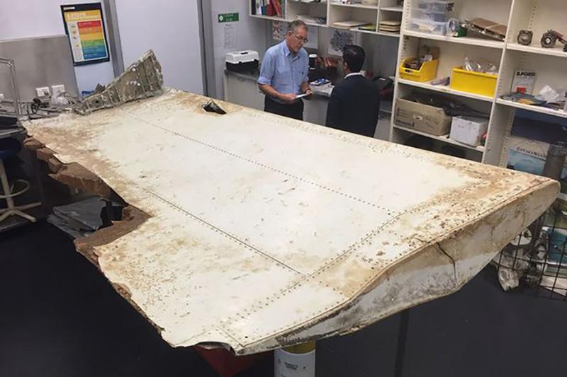 A large piece of debris found in Tanzania recently which has been confirmed as a part of a wing flap from missing MH370 - مرد استرالیایی مدعی است قطعات هواپیمای پرواز MH370 را در گوگل ارث پس از ۴ سال جستوجو یافته است