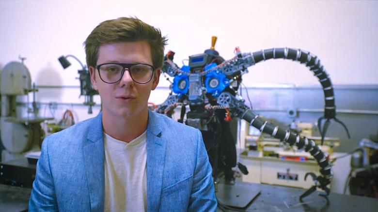 میلیونر نوجوان بیتکوین یک دکتر اختاپوس واقعی برای کودکان معلول جسمی ساخت