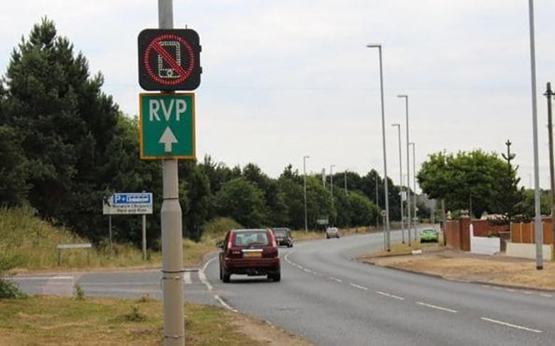 این جاده در انگلیس متوجه استفاده شما از گوشی موبایل در هنگام رانندگی می شود و به شما هشدار می دهد!