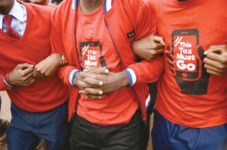 اعتراض شدید مردم اوگاندا به اخذ مالیات از کاربران پیام رسان ها و شبکه های اجتماعی