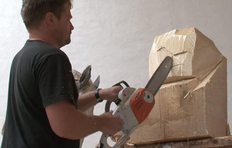 هنرمندی که فقط با استفاده از اره موتوری، مجسمههای چوبی زیبا، میسازد